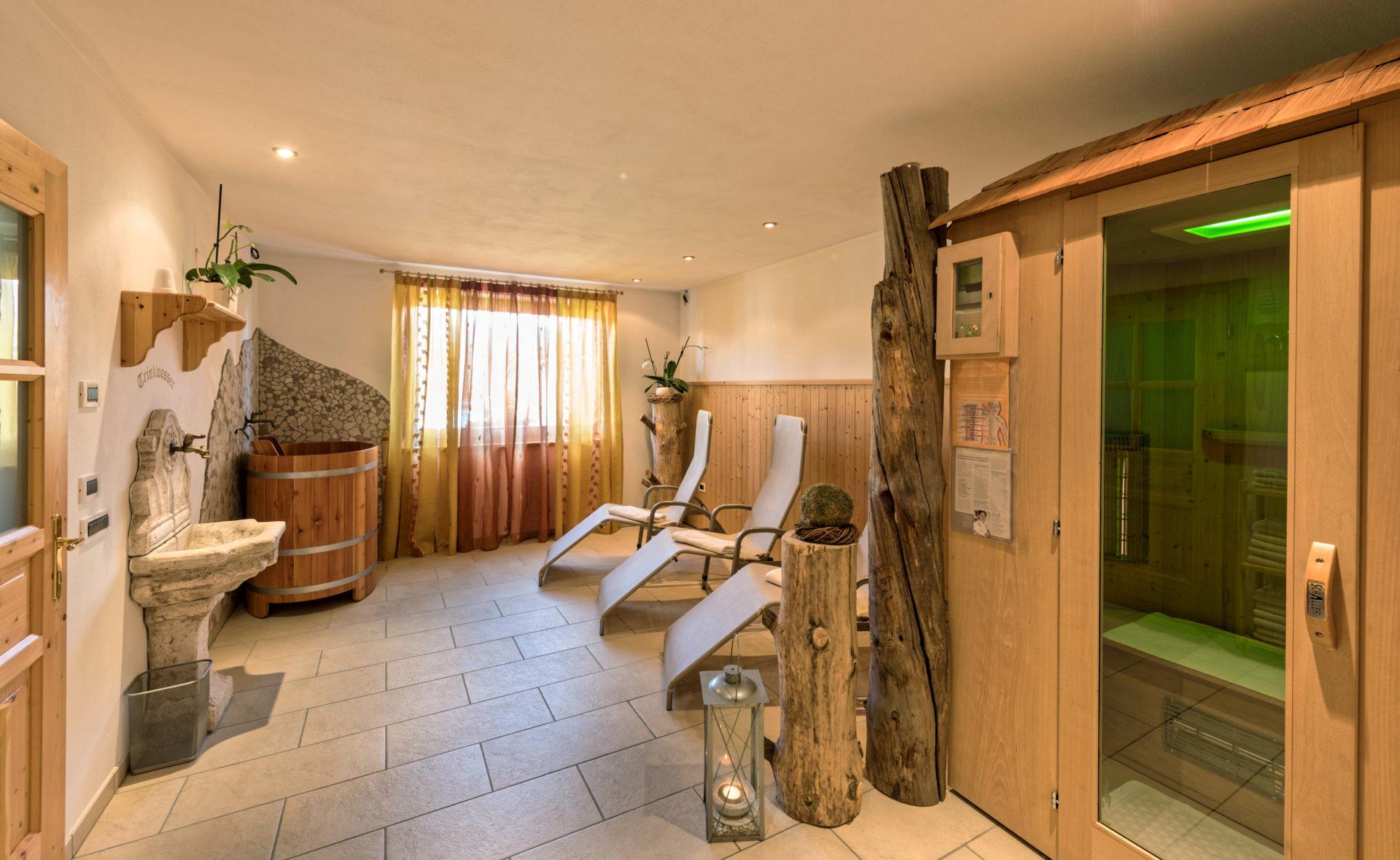 wellness beheiztes schwimmbad liegewiese im hotel schaller hotel schallerhof im meraner. Black Bedroom Furniture Sets. Home Design Ideas
